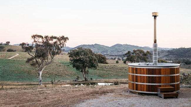 Outdoor spa bath at Glenayr Farm